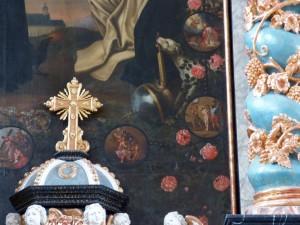 """Einer der Flecken des Hundes ist eine Fliege, sodass der Künstler hier vielleicht den """"Herrn der Fliegen"""" (den Teufel also) einen Altar bereitet hat."""