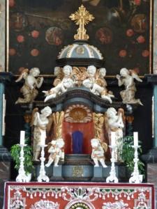 In der Karwoche sind die Figuren/Kreuze in der Mitte der Altäre und Nebenaltäre verdeckt.