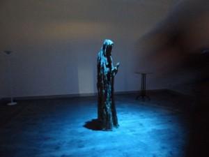 Im Nachbarraum befindet sich moderne Kunst, die eindrucksvoll in Szene gesetzt wird. Wer genau dargestellt ist, erinnere ich leider nicht mehr.