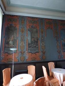 Dann folgt ein weiterer Raum mit weltlichen Malereien, die jeweils auf den Jahreslauf bezogen sind. Dies wurde von einem Künstler hergestellt, der herumreisend seine Dienste anbot, insofern passen die Motive nicht unbedingt zum landwirtschaftlichen Verlauf im Hildesheimer Land und sind auch nicht einmalig.