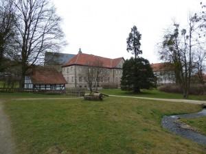 Dies ist der Blick auf das Kloster von den Grünanlagen aus gesehen. Ganz links im Bild ist die ehemalige Mühle/Backhaus zu sehen.