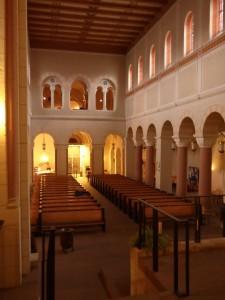 Kirchenschiff, man beachte den Stützenwechsel.
