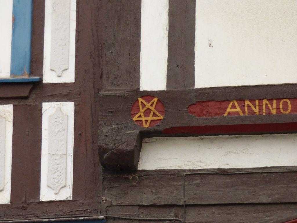 Keine Keine Satanisten wohnen hier. Das umgedrehte Pentagram wurde früher als Schutzsymbol genutzt und zeigt die fünf Wundmale Christi.