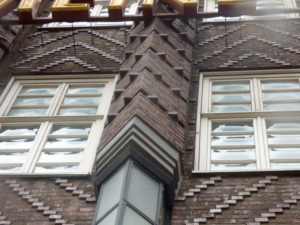 Versetzte Backsteine sind typisch für die expressionistische Bauweise.