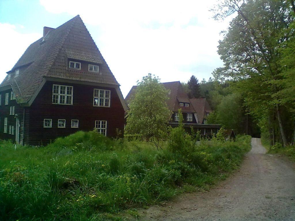 Im Gebäude Nr. 2 befinden sich jetzt die Sanitäranlagen des Campingplatzes. Hier waren die Kinder von H. Werner von Stauffenberg untergebracht.